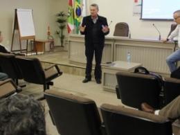 Representante da Salfer/Ricardo Eletro apresenta na FECESC novo sistema de remuneração para vendedores da empresa